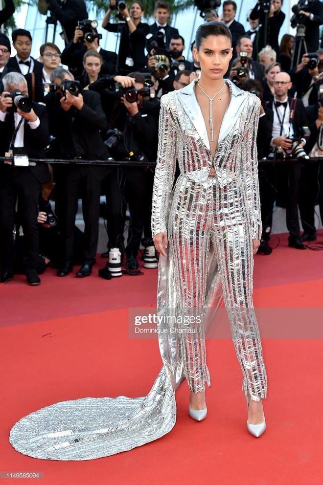 Suit khong noi y cua sieu mau goi cam bac nhat tham do Cannes 2019 hinh anh 2