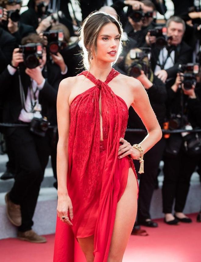 Suit khong noi y cua sieu mau goi cam bac nhat tham do Cannes 2019 hinh anh 5