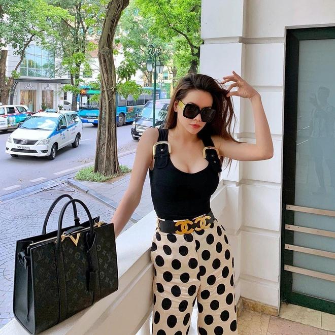 Thanh Hang, A hau Tu Anh lang xe vay ao 'banh beo' ngay he hinh anh 9