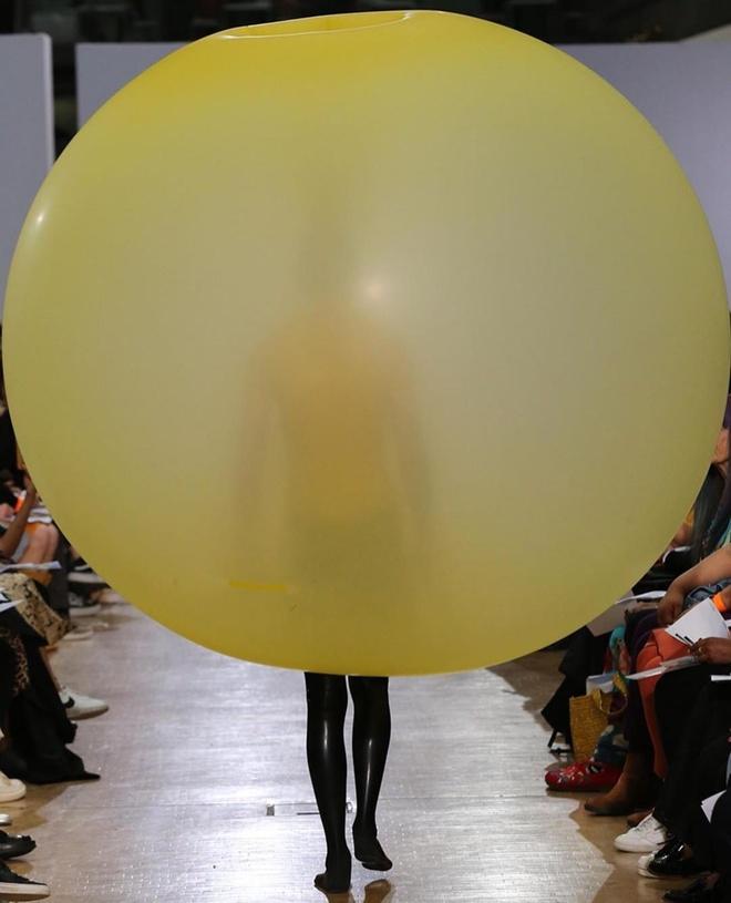 Sinh viên thời trang gây sốt với chiếc đầm bong bóng kỳ lạ