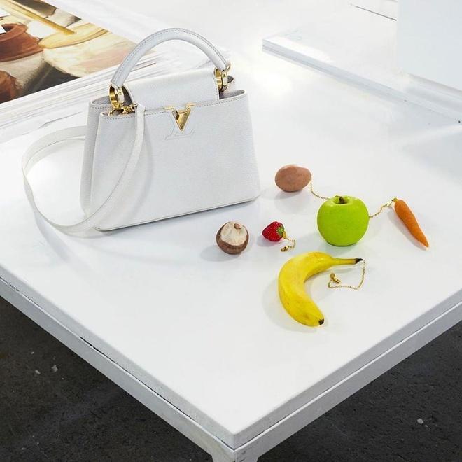 Louis Vuitton bat khach tra 3.000 USD cho moc khoa hinh chuoi, tao hinh anh 1