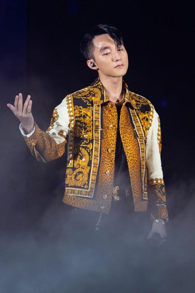 ST 11 Ngắm set đồ hiệu trăm triệu của Sơn Tùng M TP trên sân khấu Sky Tour 2019 tại Đà Nẵng