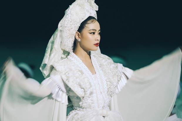 Y nghia bo hau dong trang Hoang Thuy Linh mac trong MV 'Tu Phu' hinh anh 4