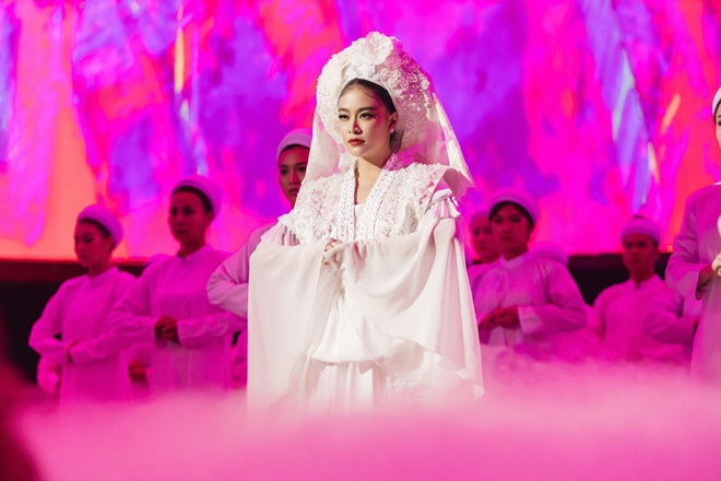 Y nghia bo hau dong trang Hoang Thuy Linh mac trong MV 'Tu Phu' hinh anh 2