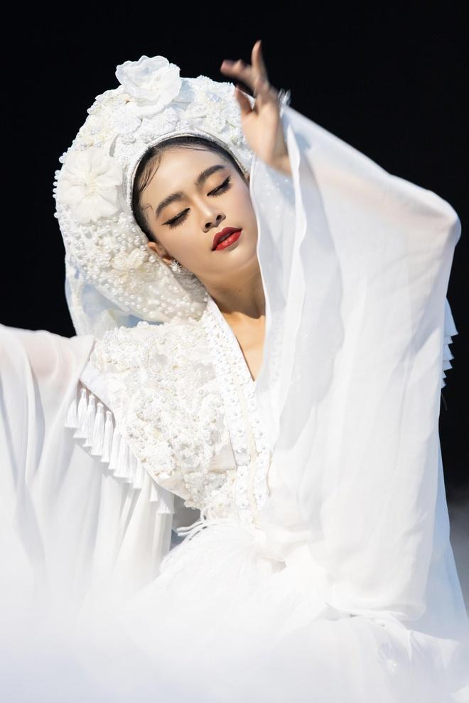 Y nghia bo hau dong trang Hoang Thuy Linh mac trong MV 'Tu Phu' hinh anh 5