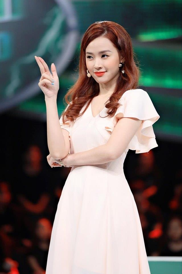Midu chuong style nu tinh, mac do ho vua du khoe vai thon hinh anh 1