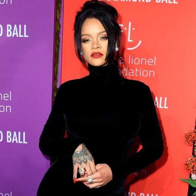 Rihanna bi dim dang khi dien vay 'long ban' om sat co the hinh anh 2