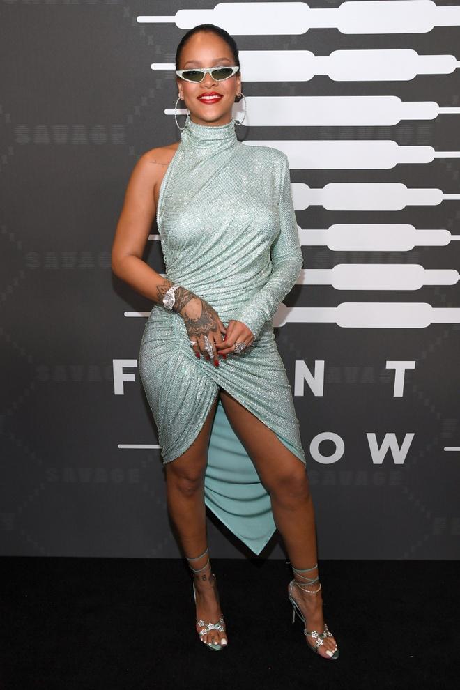 Rihanna bi dim dang khi dien vay 'long ban' om sat co the hinh anh 3