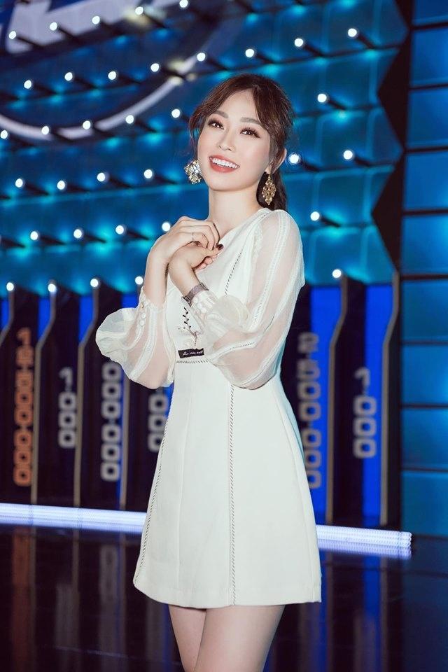 A hau Phuong Nga chuyen sang style goi cam the nao sau mot nam? hinh anh 4