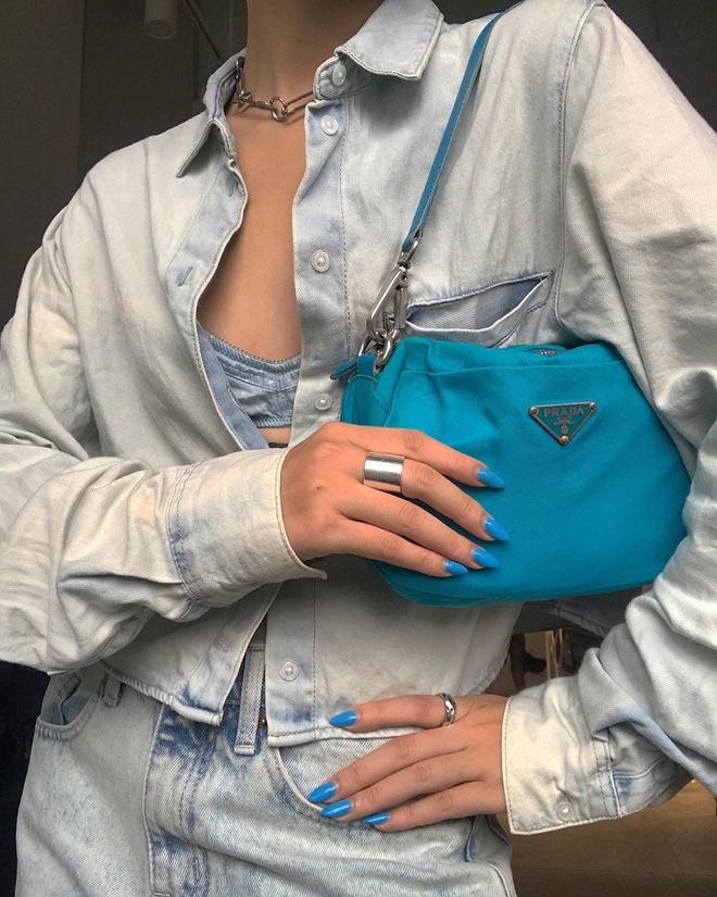 Túi kẹp nách hay còn gọi là shoulder bag được xem như món phụ kiện thời trang từng được phái nữ ưa chuộng vào những năm 2000. Tuy nhiên, túi xách đeo quai chéo dần chiếm lĩnh thị trường suốt thời gian sau. Năm nay, mẫu túi xách kẹp nách trở lại với sự lăng xê của dàn chân dài đình đám như Kendall Jenner, Bella Hadid hay các ngôi sao Hàn Quốc - Jennie và Lisa...