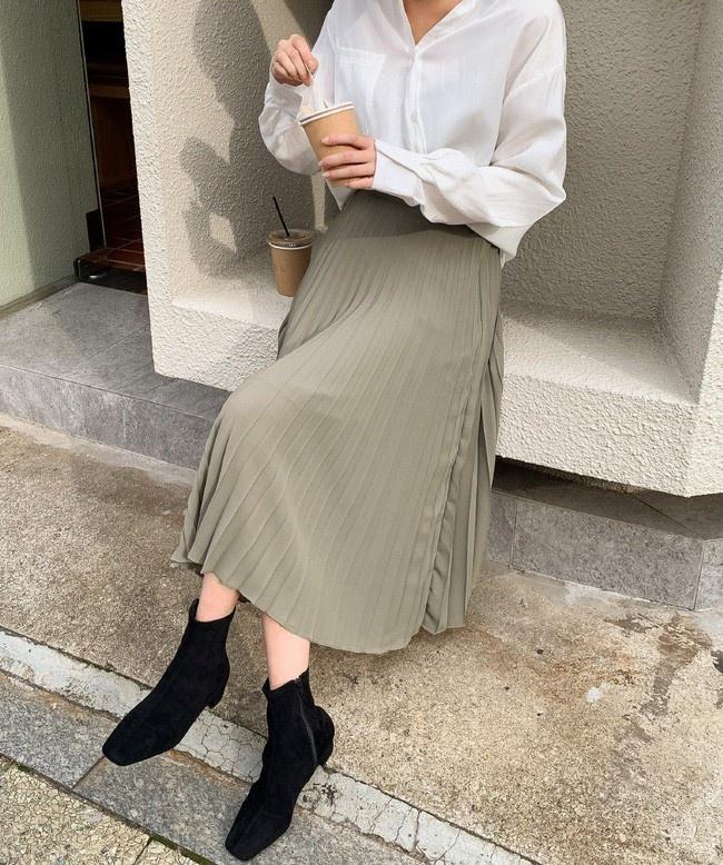 Chân váy xếp ly không bao giờ lỗi mốt trong giới thời trang. Không chỉ thế, món đồ này còn