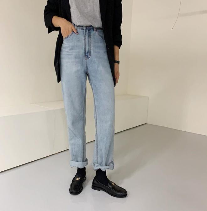 Theo các chuyên gia của Who What Wear, những chiếc quần jeans ống loe dần được các tín đồ thời trang thay thế bằng kiểu dáng ống đứng trong mùa thu 2019. Món đồ này phù hợp với nhiều loại trang phục khác nhau, đặc biệt là áo khoác hay blazer độn vai nam tính.