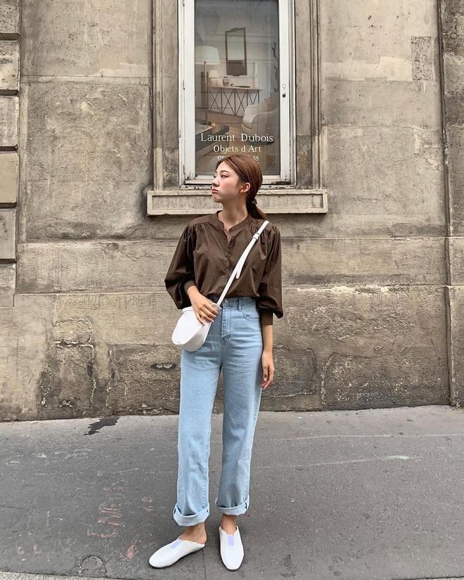 Chiếc quần jeans ống đứng với phần lưng cao có thể giúp các cô gái che được khuyết điểm đôi chân và biến tấu set đồ trông bớt nhàm chán hơn.