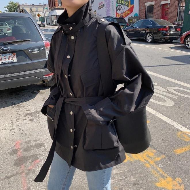 Trong mùa thu 2019, những chiếc áo bomber đành nhường chỗ cho kiểu dáng áo khoác utility lấy cảm hứng từ trang phục quân đội với những chiếc túi hộp đặc trưng tiện lợi cho việc cất giữ đồ đạc. Món đồ này mang đến sự mạnh mẽ, phóng khoáng cho người mặc khi kết hợp cùng jeans hay quần tây ống đứng.