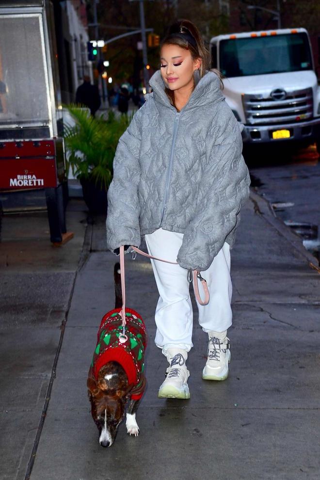 Ariana Grande trong nhu nam lun khi mac ao phao che het voc dang hinh anh 1