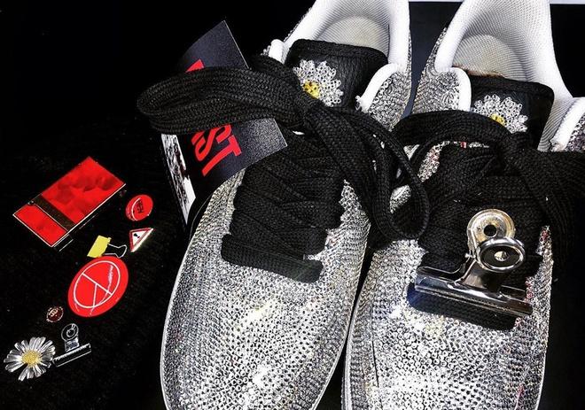 G-Dragon he lo them 3 mau giay hoa cuc hang hiem in logo Chanel hinh anh 6