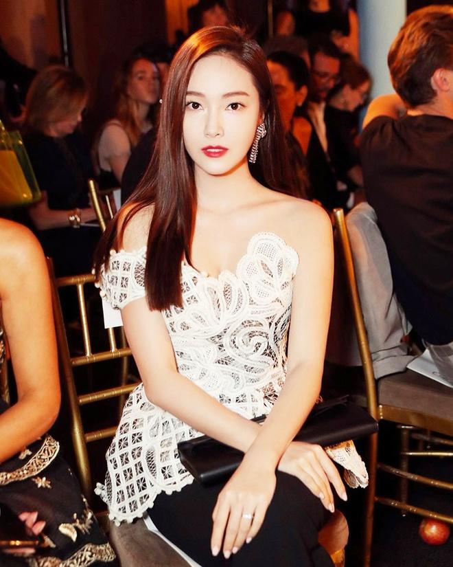 Jessica duoc khen trong nhu nu than khi dien vay ao mau trang hinh anh 9