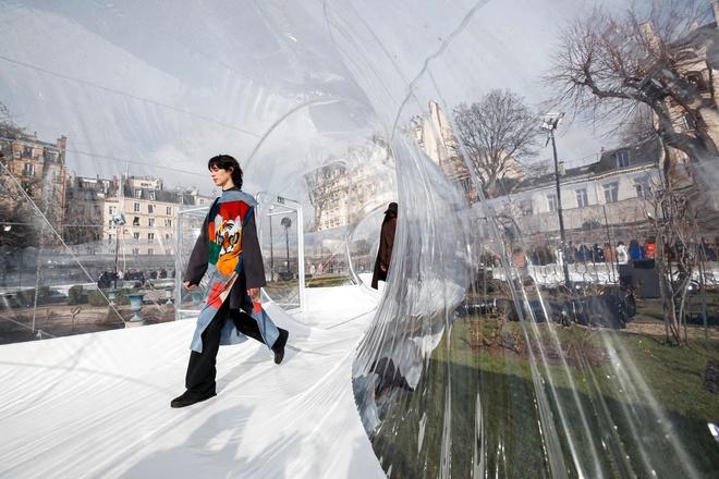 Kenzo dung san dien giua long Paris, nguoi mau sai buoc tren ong nhua hinh anh 2 KENZO5.jpg