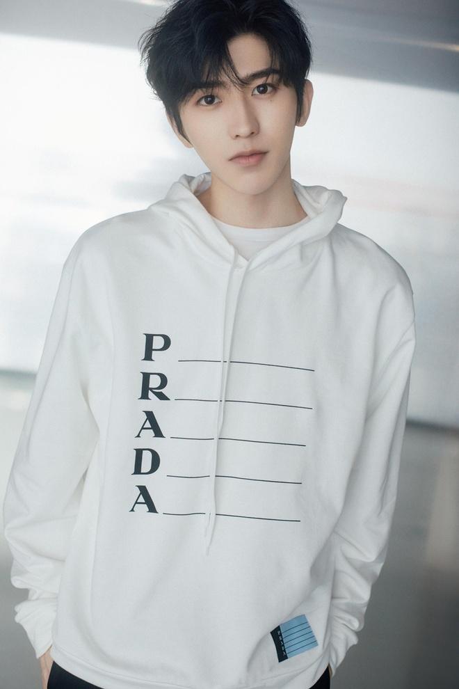 Day la chiec ao hoodie khien HyunA, Trinh Sang deu thich mac hinh anh 8 PRADA3.jpg