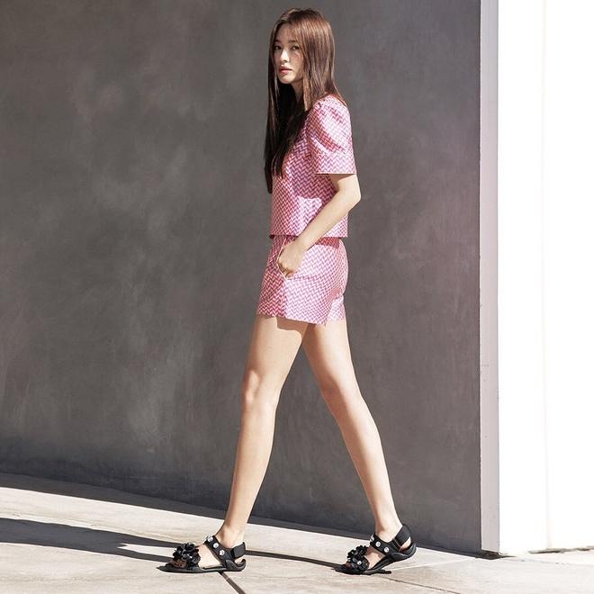 Song Hye Kyo thay doi gu an mac tre trung anh 1