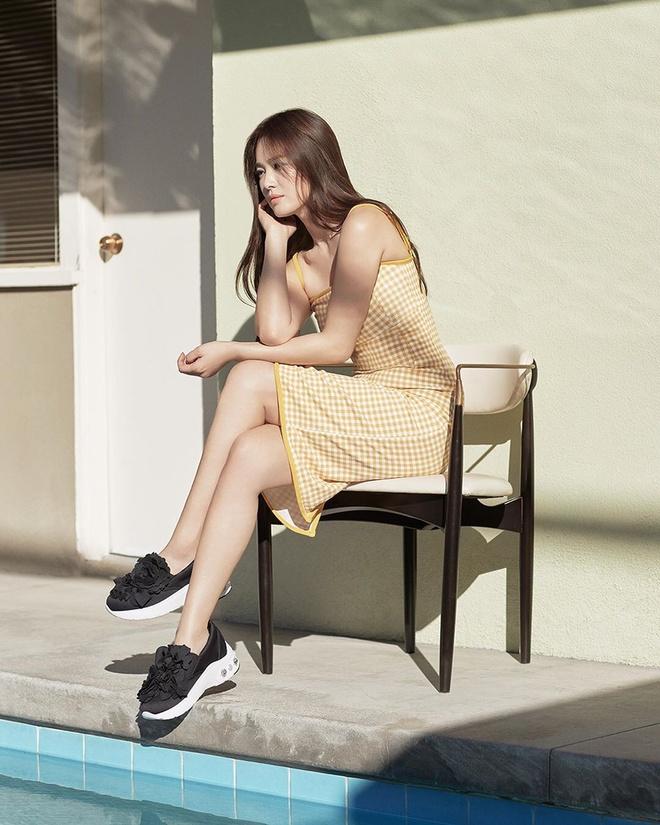 Song Hye Kyo thay doi gu an mac tre trung anh 2
