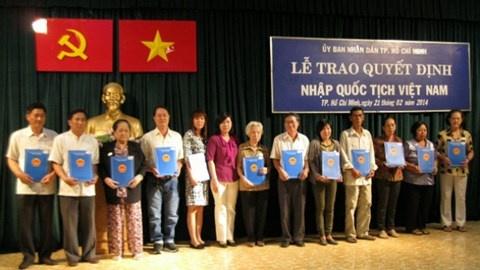 Quy dinh moi ve dang ky xac dinh quoc tich Viet Nam hinh anh 1 Lễ trao Quyết định nhập quốc tịch Việt Nam. Ảnh minh họa: PLO