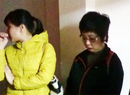 Khi nao DBQH mat quyen mien tru va bi bat giam? hinh anh 1 Bà Châu Thị Thu Nga (áo đen) khi bị bắt tối 7/1. Ảnh: Vietnamnet.