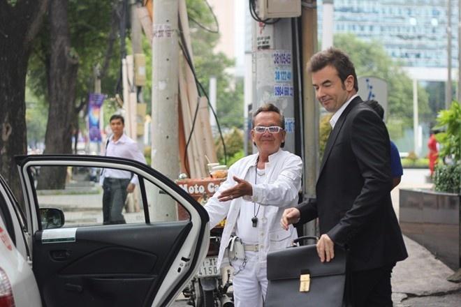 Sau vài câu giao tiếp bằng tiếng Anh là ông Hiền kiếm được khách nước ngoài đi taxi. Ông trịnh trọng mời khách lên xe.