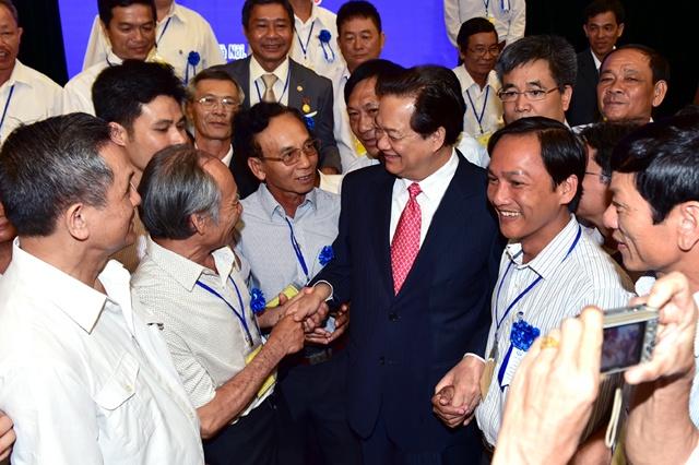 Thu tuong gap mat cac nha sang che khong chuyen hinh anh 1 Thủ tướng Nguyễn Tấn Dũng trò chuyện với các nhà sáng chế không chuyên nghiệp tiêu biểu năm 2015. Ảnh: VGP/Nhật Bắc