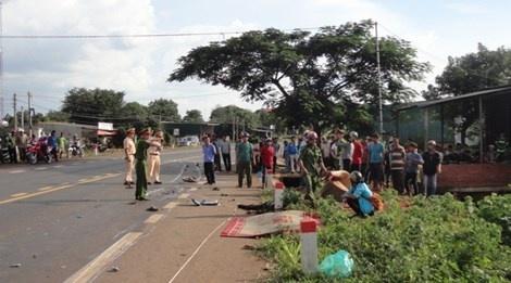 Xe may kep 4 tong truc dien xe giuong nam, 4 nguoi tu nan hinh anh 1 Hiện trường vụ tai nạn nghiêm trọng khiến 2 người tử vong tại huyện Đắk Mil.