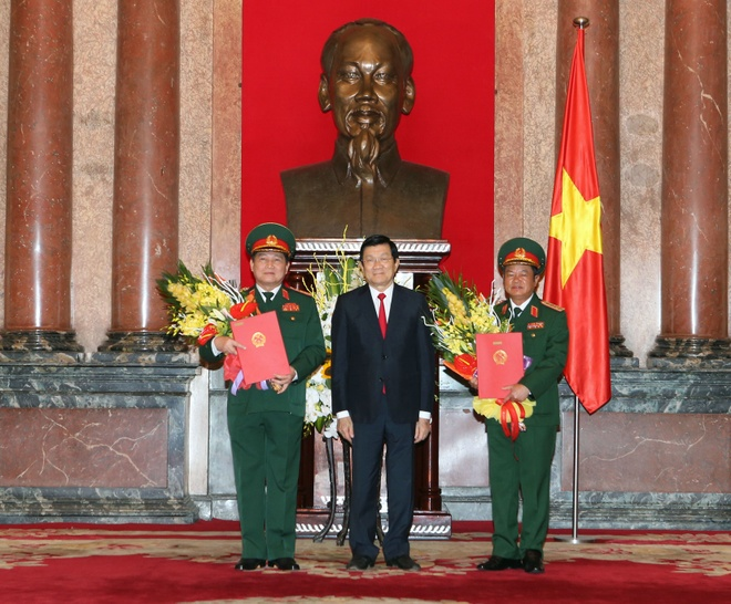 Quan doi co them 2 dai tuong hinh anh 1 Chủ tịch nước Trương Tấn Sang trao quyết định phong hàm Đại tướng cho đồng chí Ngô Xuân Lịch và đồng chí Đỗ Bá Tỵ