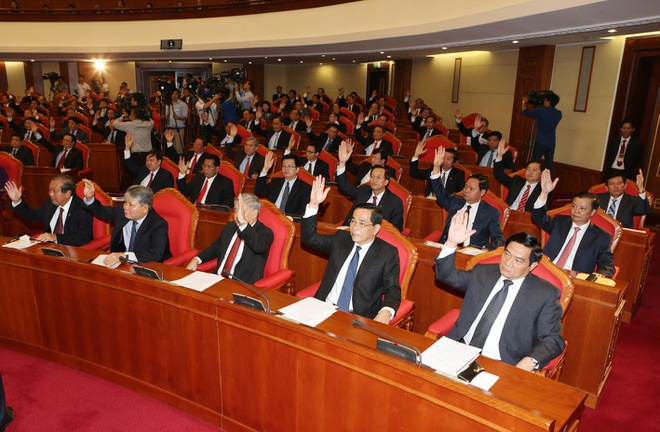 Trung uong Dang thao luan phuong an nhan su khoa 12 hinh anh 2 Các đồng chí lãnh đạo Đảng , Nhà nước và các đại biểu biểu quyết thông qua chương trình Hội nghị. Ảnh: Trí Dũng –TTXVN
