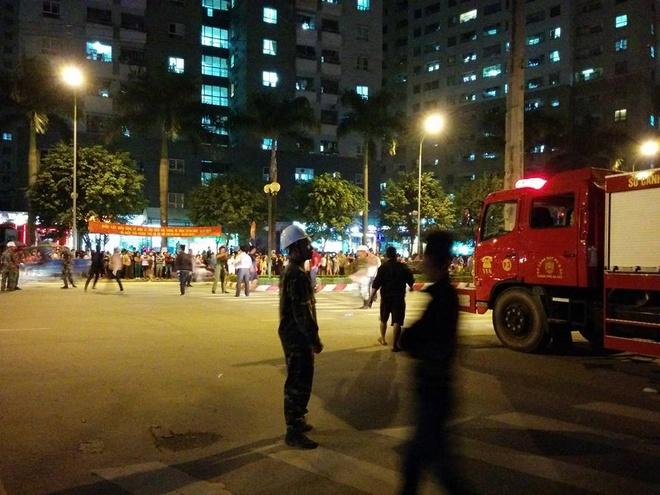 Lực lượng chức năng cũng đang nỗ lực kêu gọi người dân giãn ra khỏi hiện trường để thuận tiện cho công tác chữa cháy. Ảnh: Phan Anh.