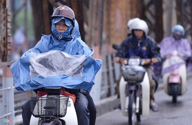 Khong khi lanh tang cuong, co noi 12 do C hinh anh 1 Sáng 10/10, cơn mưa phùn tiếp tục đổ xuống Hà Nội. Mưa cùng thời tiết lạnh giá khiến hầu hết mọi người đều trang bị quần áo ấm khi ra đường.