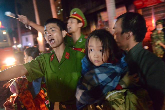 Người dân hốt hoảng trong vụ cháy tại tòa nhà CT4 của chung cư Xa La, Hà Đông, Hà Nội. Ảnh: Tiến Tuấn.