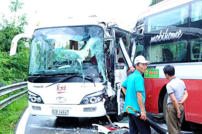 Xe khach Thanh Buoi gap nan tren deo Bao Loc hinh anh 1 Cú va chạm mạnh khiến toàn bộ cửa kính của hai xe nát vụn.