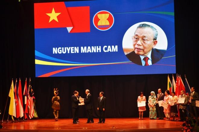 Ong Nguyen Manh Cam duoc trao giai thuong Nguoi dan ASEAN hinh anh 1