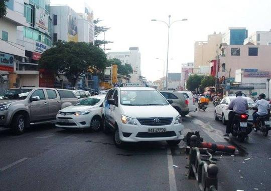 Taxi gay tai nan lien hoan, duong Phan Dang Luu un u mot gio hinh anh 2
