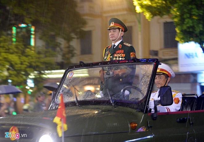 Tướng Võ Văn Tuấn đội mưa trong lễ Tổng duyệt diễu binh, diễu hành kỷ niệm 70 năm Quốc khánh, tối 29/8/2015. Ảnh:Lê Hiếu.