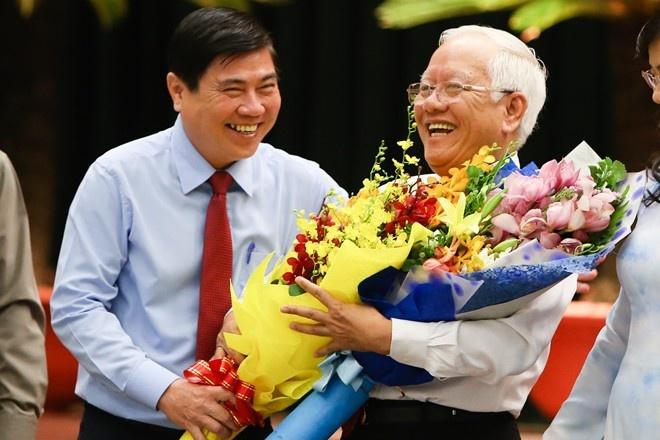 Tân Chủ tịch UBND TP HCM Nguyễn Thành Phong tặng hoa cho ông Lê Hoàng Quân - nguyên Chủ tịch UBND TP HCM. Ảnh: H.An