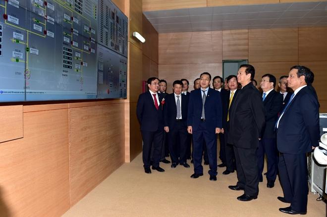 To may so 1 Thuy dien Lai Chau phat dien hinh anh 2 Thủ tướng thăm Phòng điều hành Nhà máy. Ảnh: VGP/Nhật Bắc