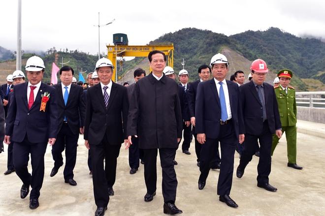 To may so 1 Thuy dien Lai Chau phat dien hinh anh 3 Thủ tướng thị sát mặt đập thủy điện. Ảnh: VGP/Nhật Bắc