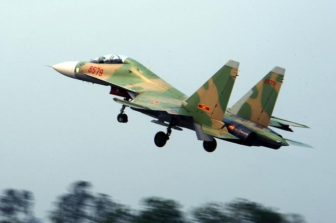 Hai phi cong Su-30 kip nhin nhau truoc khi roi xuong bien hinh anh