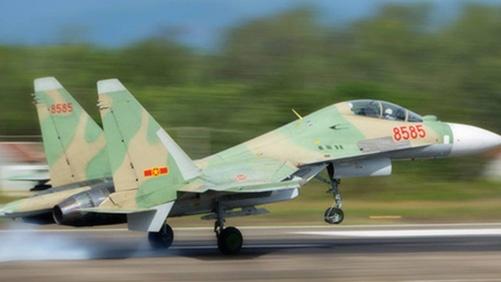 Toan canh may bay SU-30 va CASA 212 gap nan hinh anh