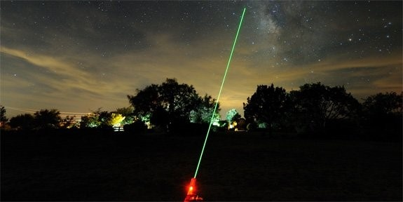 Chieu laser uy hiep may bay: Khong phai khung bo hinh anh 3