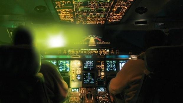 Chieu laser uy hiep may bay: Khong phai khung bo hinh anh 1
