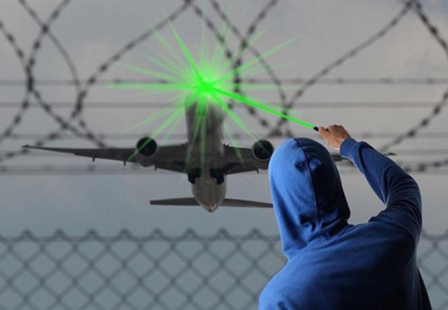 Kien nghi xu ly hinh su hanh vi chieu tia laser len may bay hinh anh