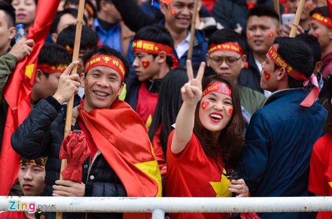 Fanzone My Dinh ruc mau co do tiep lua U23 Viet Nam hinh anh
