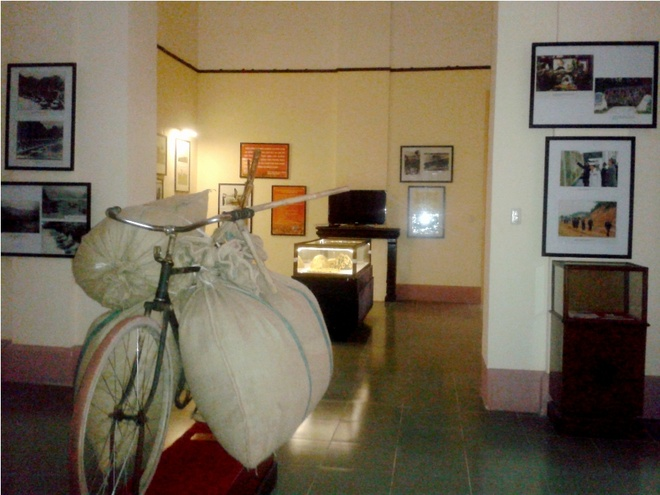 Bay tranh goi tinh ben canh phong tranh ve Dien Bien Phu hinh anh 2 Những hiện vật chiến tranh được trưng bày ở vị trí khiêm nhường hơn những bức họa