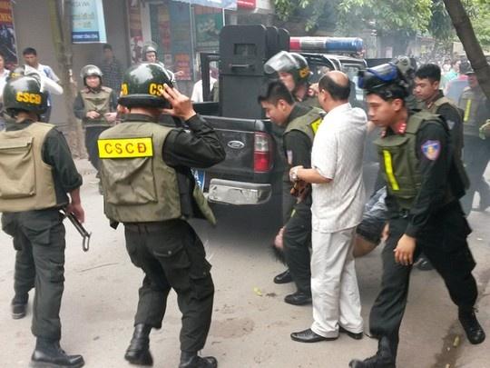 Ca tram canh sat vay bat toi pham truy na o Hai Phong hinh anh 1 Lực lượng CSCĐ khống chế, đưa